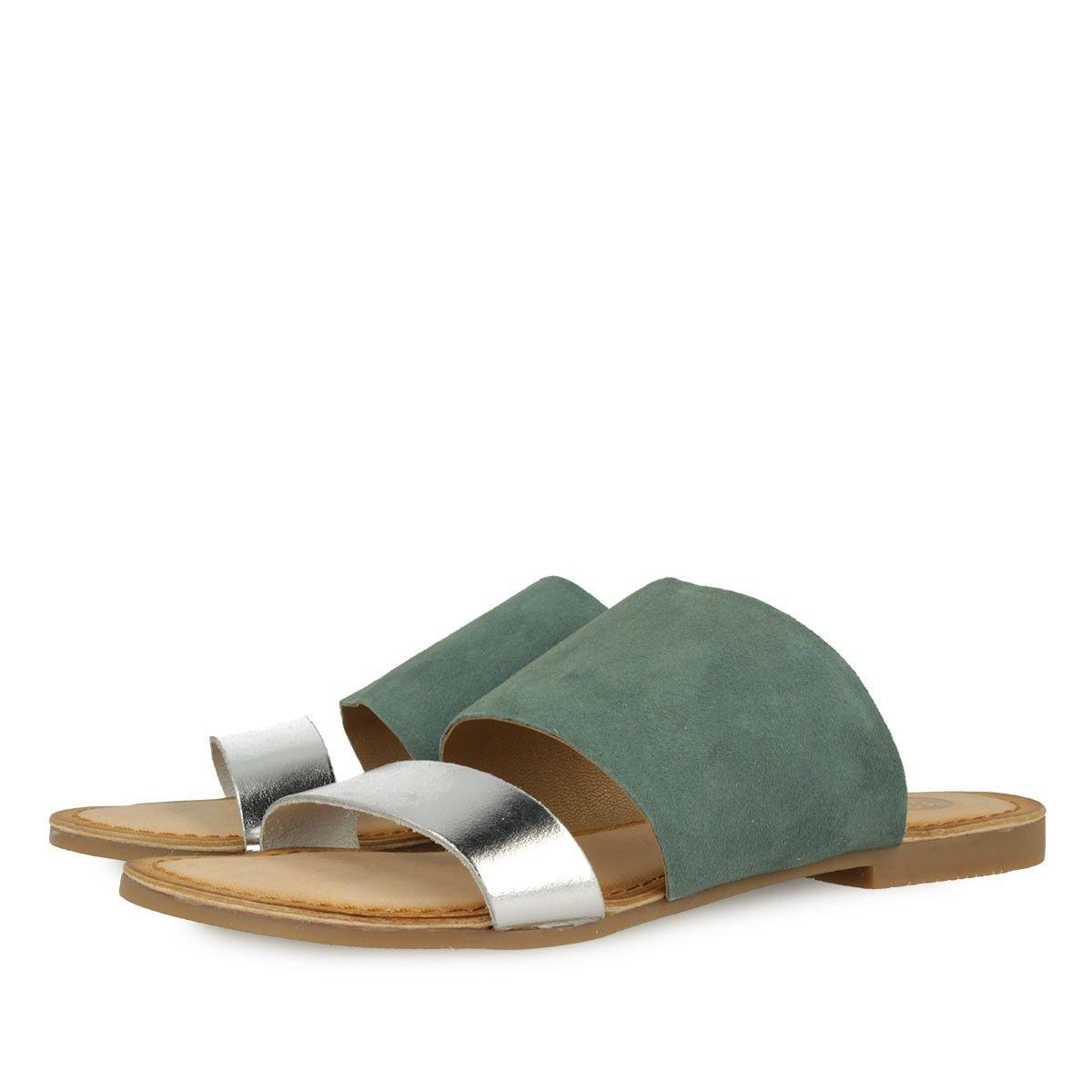 Sandalias de piel en color verde con tira frontal plateada. Corte, forro y plantilla en piel.