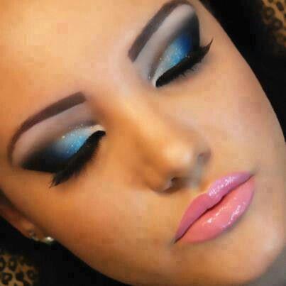Ojos en azul y negro