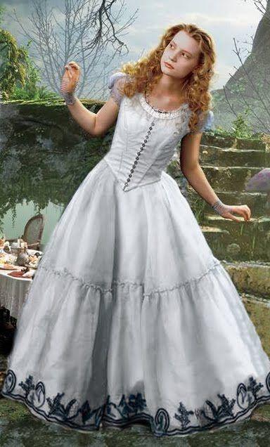 Vestido Que Alicia Usa En La Fiesta Familiar El Cual Esta Disenado Para Una Alicia Ma Alice In Wonderland Costume Cosplay Alice In Wonderland Gowns Of Elegance