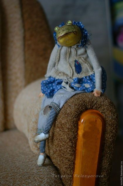 Купить или заказать Жабунька Шосуву в интернет-магазине на Ярмарке Мастеров. Эту жабку я решила сделать девочкой, ведь мальчик уже был)) Ростом около 40 см, сидя рост около 28 см, голова на шплинте, руки-ноги подвижные. Одежда не снимается. Кукла будуарная, сидит самостоятельно, набита древесной стружкой и утяжелена морскими камешками. Голова из ладолла, ручки-ножки из ливингдолла.