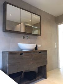 Houten badkamermeubel met lades en spiegelkastje | badkamer ...
