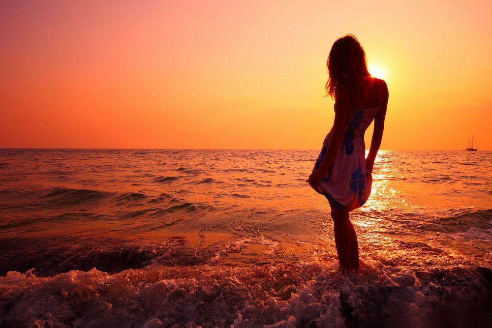 Картинки девушек на море со спины на закате, джинсов