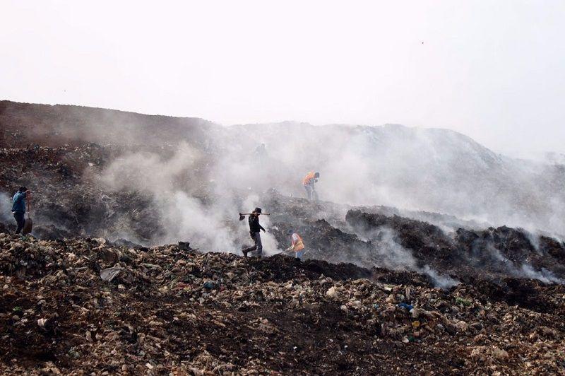 A más de dos semanas de iniciado el incendio en el tiradero de Uruapan, los esfuerzos humanos y logísticos siguen activos, sigue redoblándose la fuerza y la coordinación desde todos ...