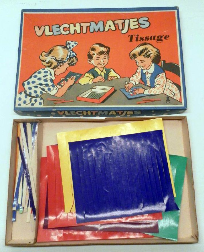 """Matjes vlechten""...awww....how I remember doing this for the longest time. We'd be weaving colorful, shiny strips of paper into small place-mats..."