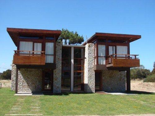 Caba a con techos de madera y muros en piedra rustica for Disenos de cabanas