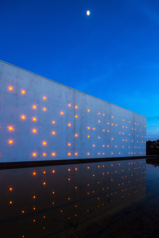Galeria - Le Chai Ballande, pontilismo de luzes na fachada de uma vinícola - 8