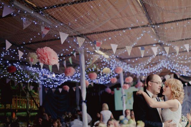 Свадебное декорирование потолка - флажки, лапмочки, флористика - от StudioScenario Wedding decoration of the ceiling, flags, lamps and floral compositions