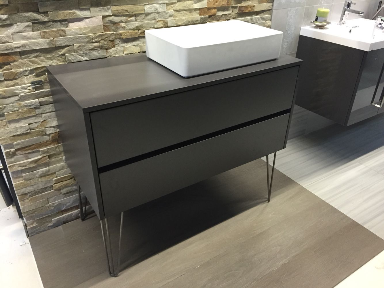 Badezimmermöbel Stehend ~ Stand badmöbel mit zwei schubladen und griffmulde auf metallfüßen in