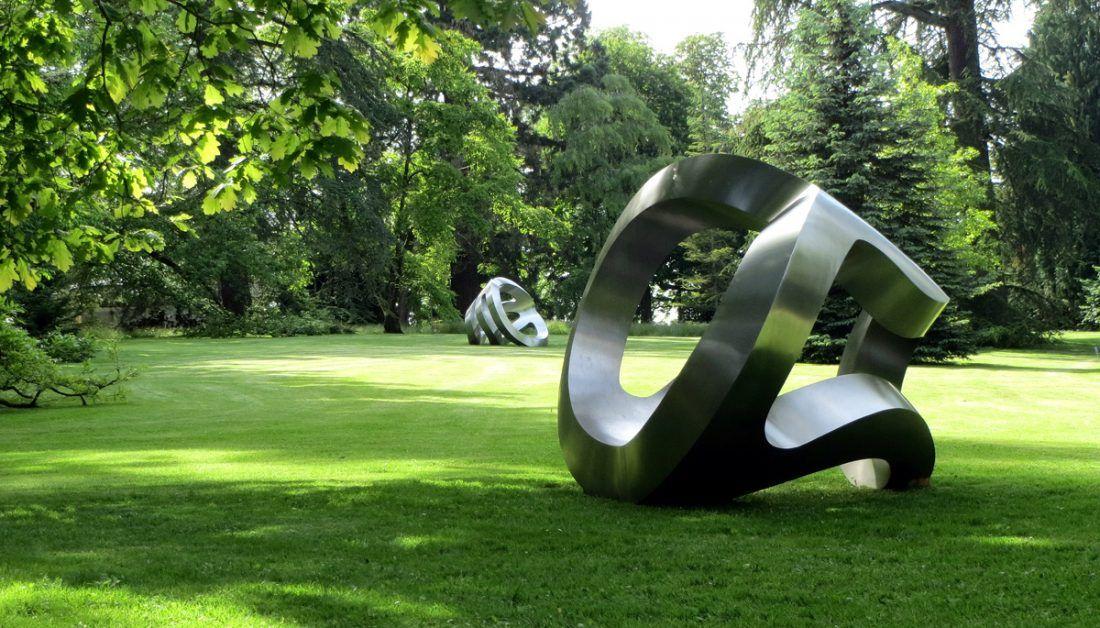 inspiration fur den garten mit grossen modernen skulpturen auf einer wiese umgeben von baumen gartenskulpturen moderne skulptur modern art und zeitgenössische kunst