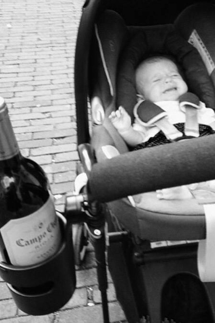 Genius Mom Discovers Most Practical Use For the Cup Holder on Her Baby's Stroller #geniusmomtricks