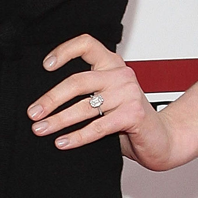 Anne Hathaway S Engagement Ring The Actress Kwiat Features A Six Carat Solitaire Diamond Set In Platinum See More