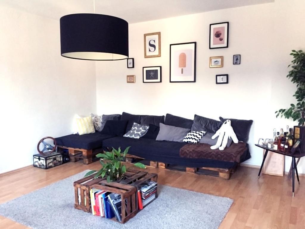 hier besteht das komplette wohnzimmer mobiliar aus diy mbeln eine coole sitzecke aus paletten sowie ein schickes und praktisches wohnzimmertischchen aus - Wohnzimmer Paletten
