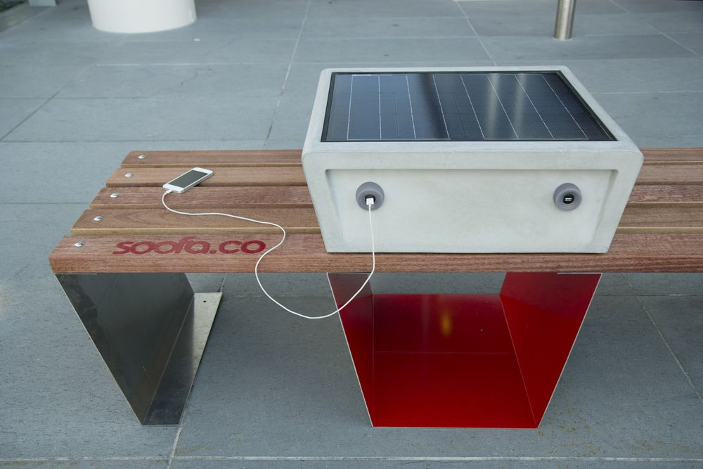 Boston Is Getting Solar Powered Park Benches That Charge Your Devices Mobiliario Urbano Urbanismo Moveis