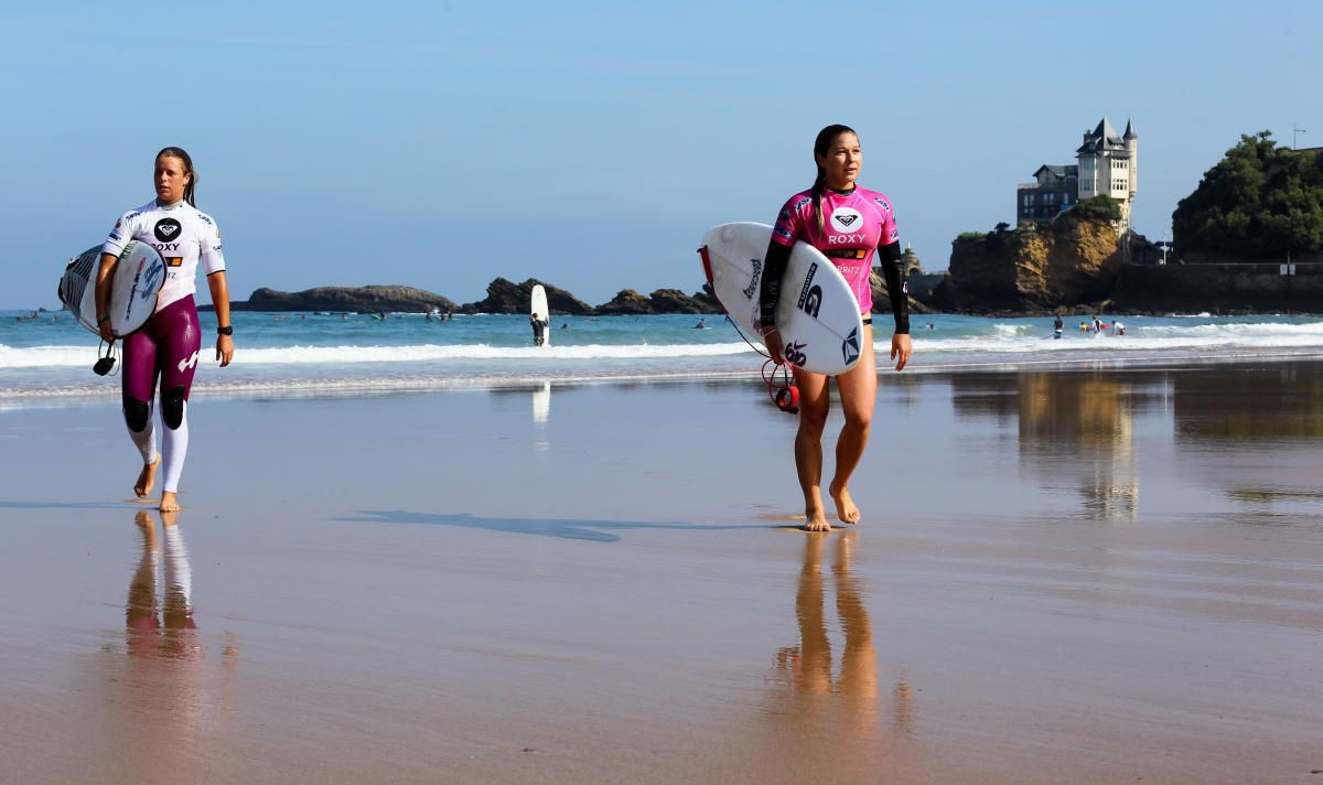 #Quiksilver and #Roxy Pro France 2011#Roxy Pro France 2011 #Roxy Pro France 2011 www.worldsurfleague.com ASP 2011 #Roxy Pro France 2011 Coco Ho (Oahu, HAW) wearing the pink singlet and walking back to the event site after her win in Round 4. WSL/BastienBonnarme/WSL WORLD SURF LEAGUE  #WORLDSURFLEAGUE  www.worldsurfleague.com