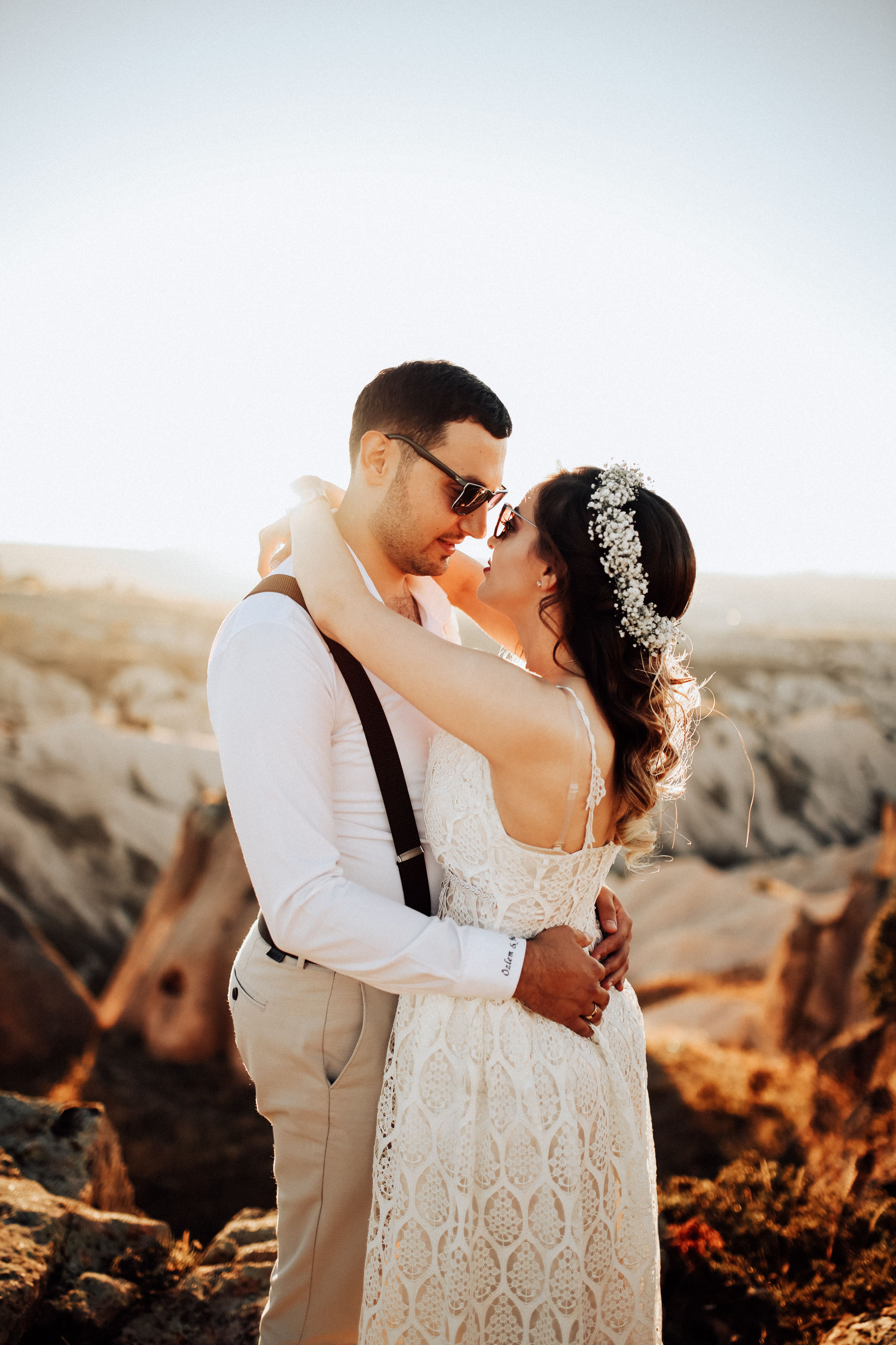 5 Dreadful Wedding Pics Newly Wed Couple Hugging Apparel Clothing Wedding In 2020 Wedding Photography Bride Best Wedding Hairstyles