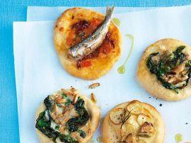 """Pizzerre """"Tricolore"""" belegt mit Spinat, Tomaten und Kartoffeln"""