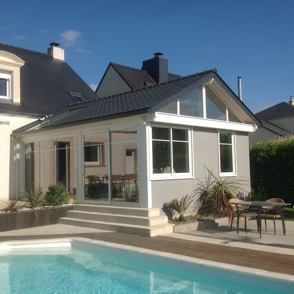 Extension devant la piscine construction mixte bois for Extension parpaing