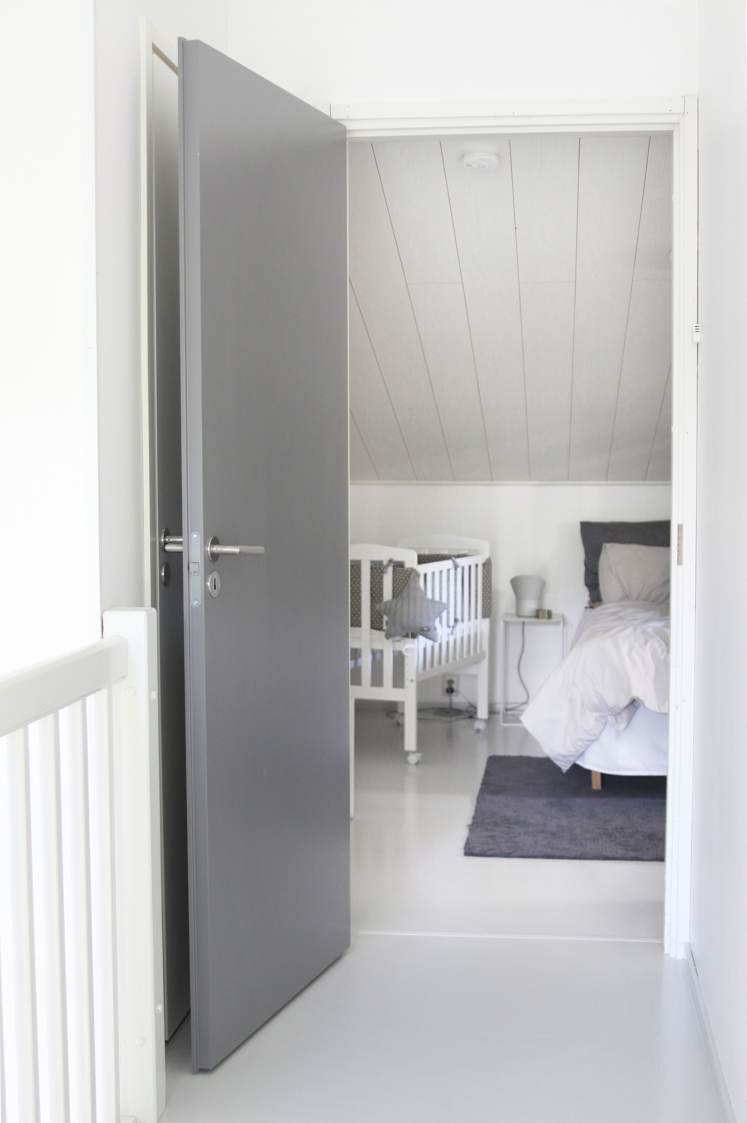 Stable slett dør malt i grått er en moderne og tidløs innerdør fra Swedoor. | Moderne innerdører ...