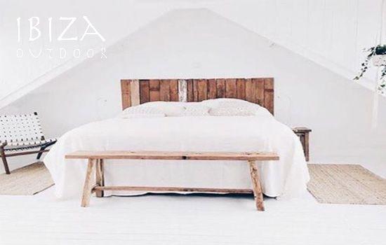 Hele mooie foto ontvangen van deze slaapkamer. Voor het bed staat ...