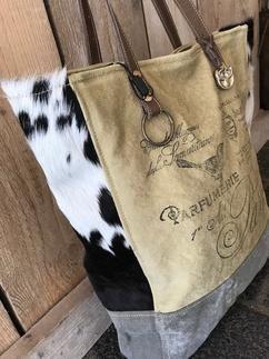 15ab4ccbb88 Stoere canvas shopper met koeiehuid Carnvas tas met lederen hengsels van  Colmore by Diga pinlake lodge