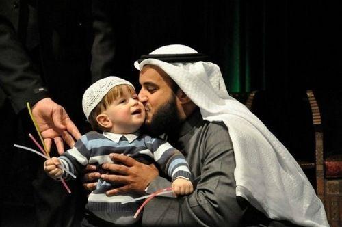 Mishari 3 Sheikh Mishari Alfasy My Fav Top Quran Reciter Z Muslim People Muslim Family Father And Baby