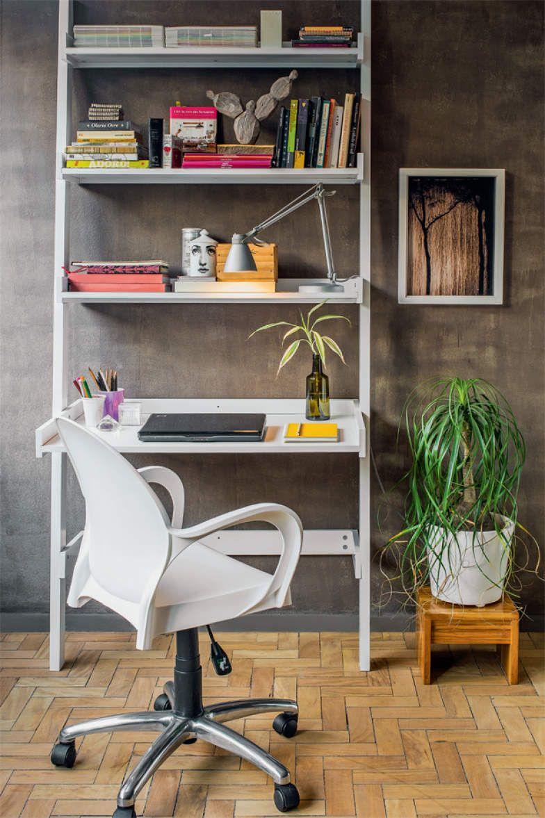 Bastou recorrer a um móvel que une estante e escrivaninha, juntar uma cadeira com rodízios e equipar o espaço.