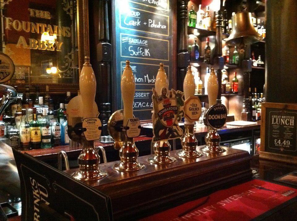 ロンドンのパブ♪  平日の早い時間からビールを飲みに来るお客様がたくさん!!  ビールの飲み比べ旅行なんかもいいですね♪利きビール、地ビールなども~  ちなみに地元の方は店の外で飲むほうが好きなようです☆