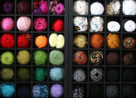 une id e pour ranger ses pelotes dans un casier bouteille laines pinterest pelote. Black Bedroom Furniture Sets. Home Design Ideas