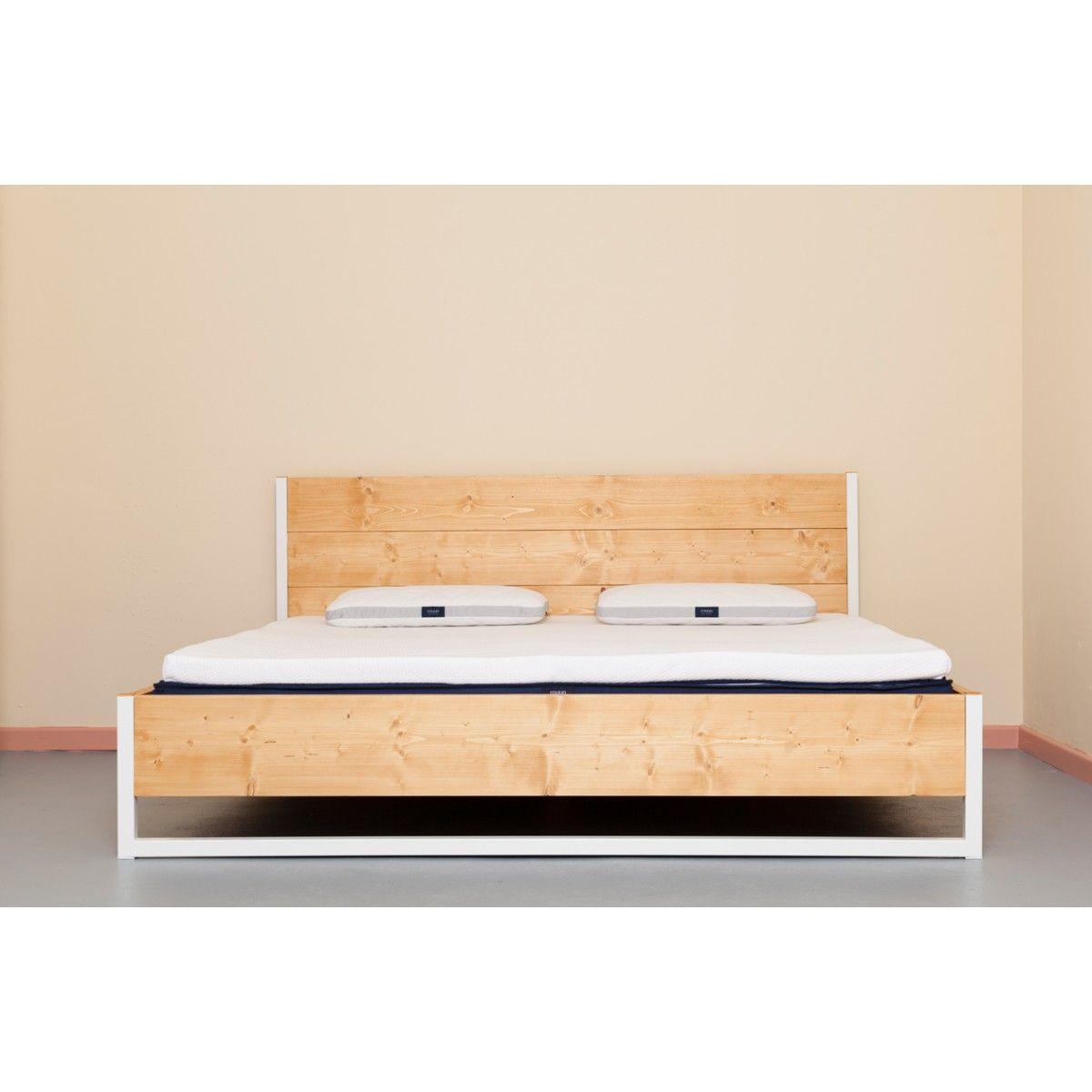 Upcycling Industrial Bett aus recyceltem Vollholz und
