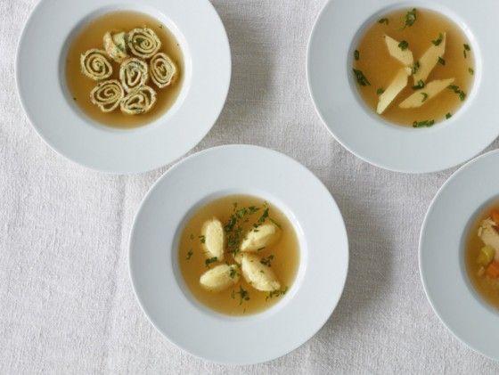 Hühnersuppe mit Grießnocken gehört wohl zur leckersten Medizin aus dem Kochtopf. Ein Teller frisch zubereitete Hühnersuppe weckt neue Kräfte und tut gut.