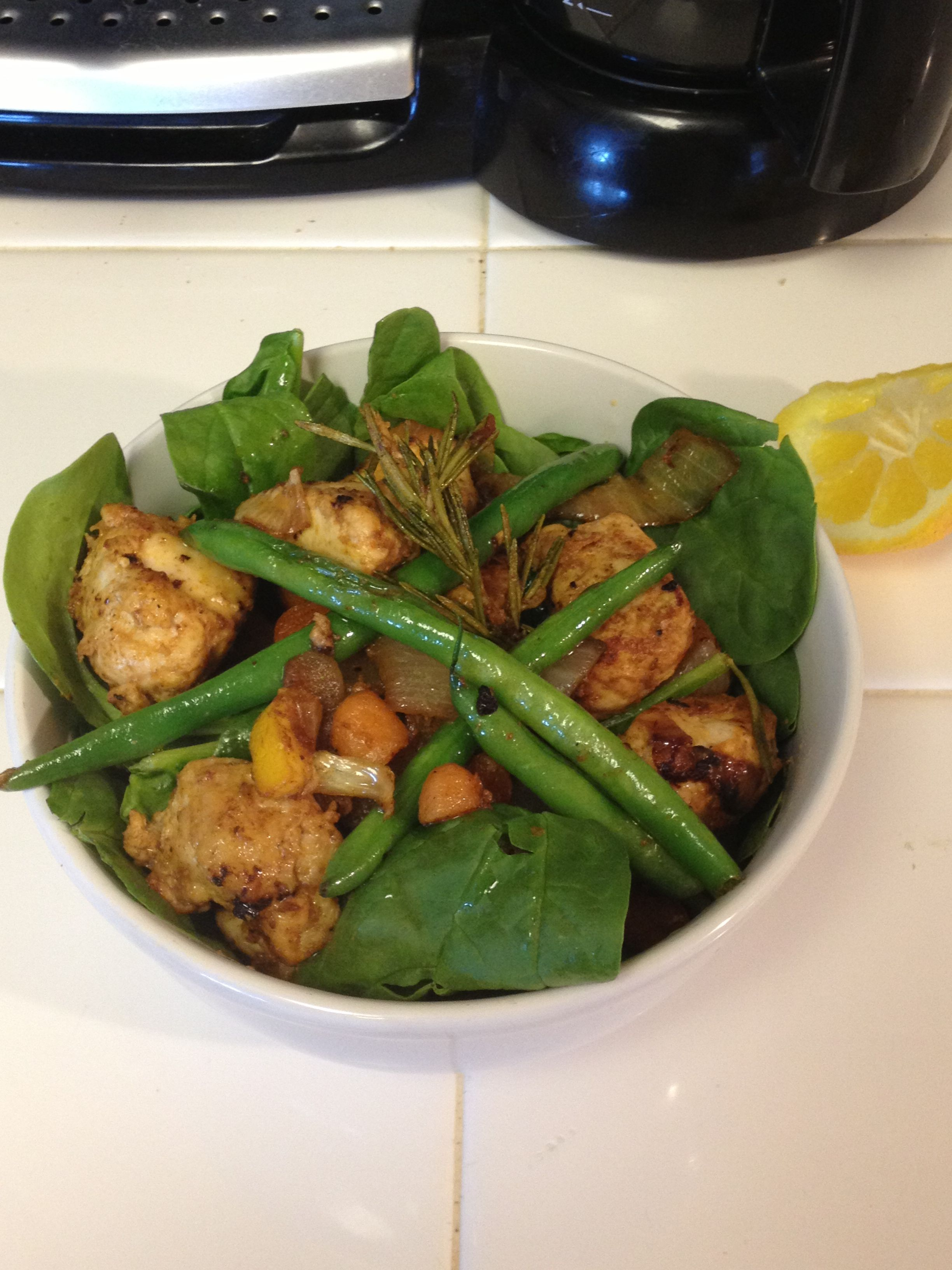 Spinach salad with chicken breast and green beans
