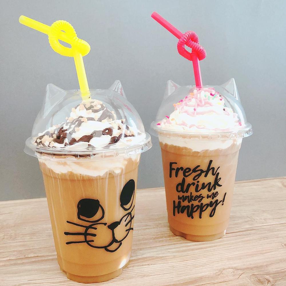 まるでカフェのテイクアウトドリンク 100均フタ付きカップをチェック Locari ロカリ テイクアウト カフェ メニュー 猫 アイス