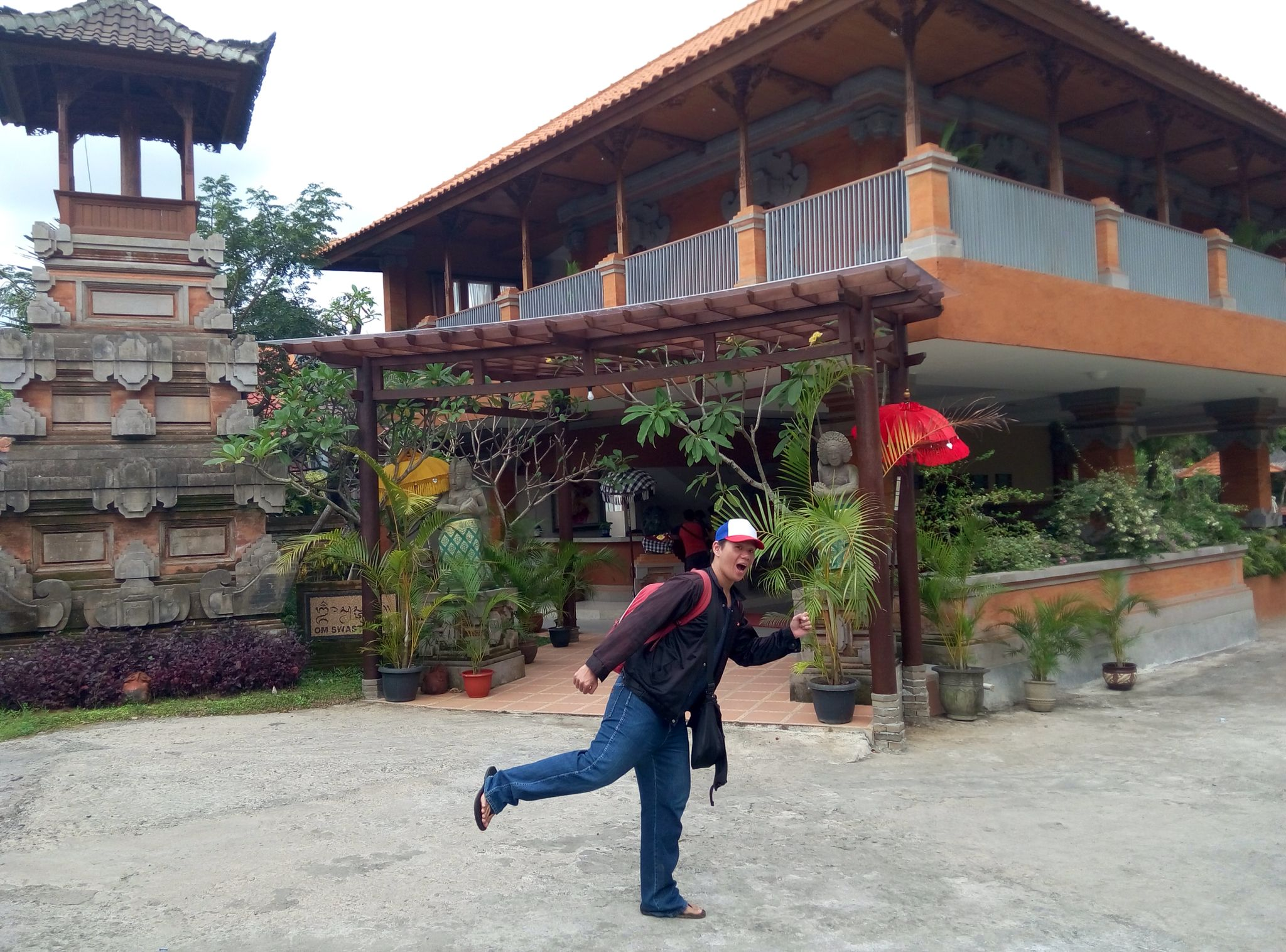 UBUD COTTAGES MALANG ... Bali themed Hotel ... SWIMMING POOL AREA ... Photo session ... Pose 12 ... Ready for Pokemon Go