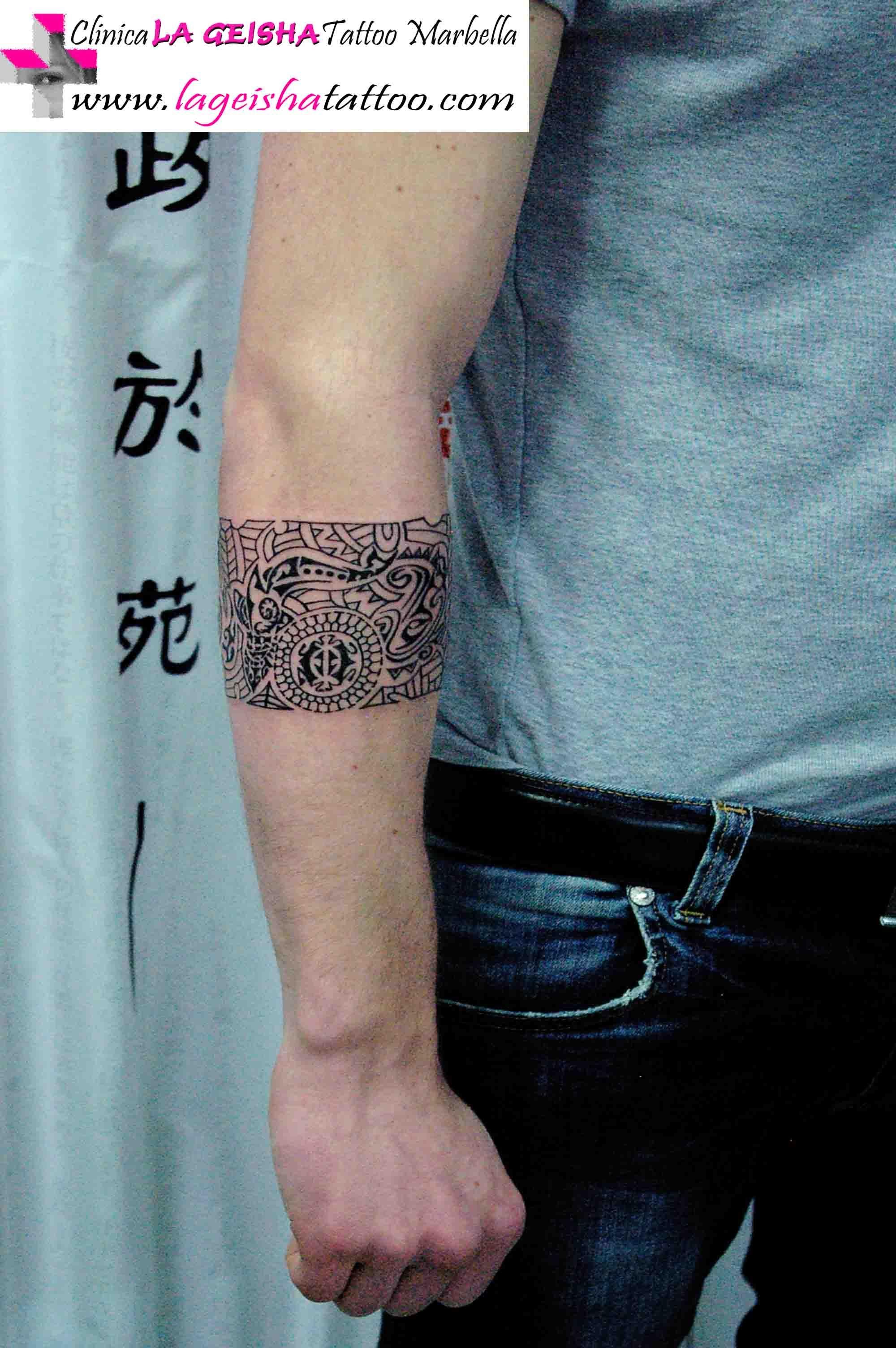 Elegante Y Exquisito Tatuaje De Brazalete Artistico Con Trazados