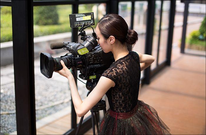 """댄싱9 시즌1 광고촬영. 우리 루스플라이 제품 """"수플레스 레이스 레오타드(블랙)""""을 입고 영상 확인중이신 최수진씨~ 너무 예쁘네요:)  Dancing 9 season 1 photoshoot. Ms. Soojin is wearing our Souplesse Lace Leotard (black)! It looks amazing on her :)"""