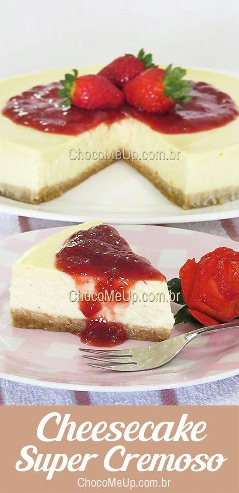 Receita de Cheesecake Super Cremoso com calda de morango. Uma torta doce com base de biscoito, recheio cremoso de cream cheese e calda feita com morangos frescos.