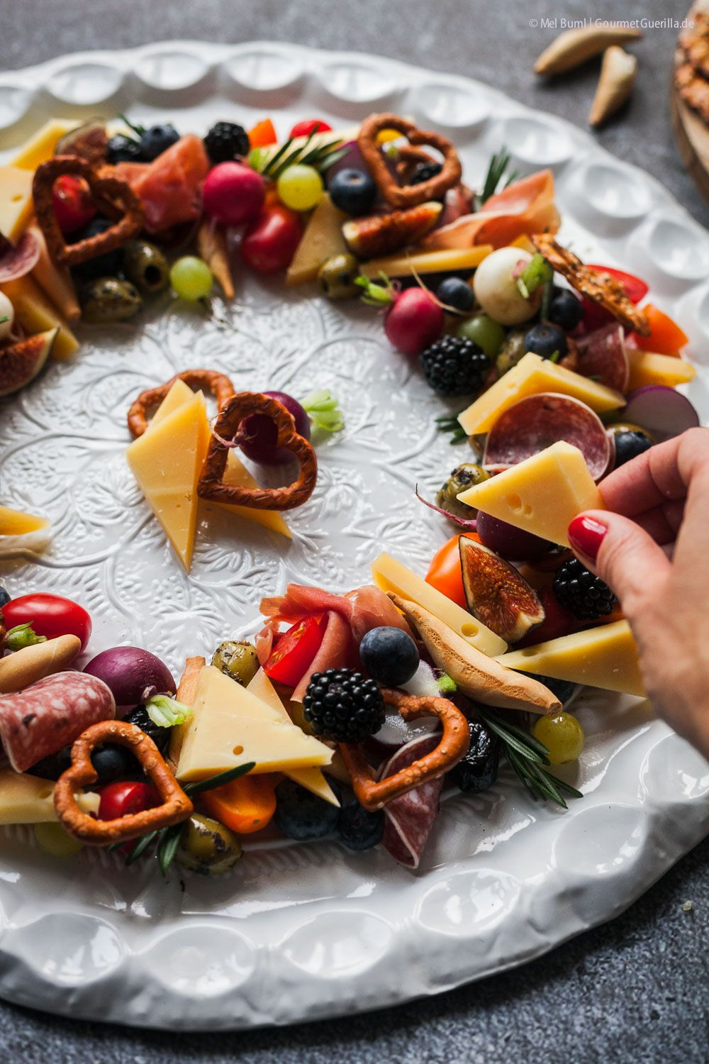 Photo of Colorful antipasti cheese wreath. My quick and festive recipe for EAT SMARTER and KALTBACH Gold. – Gourmet guerrilla