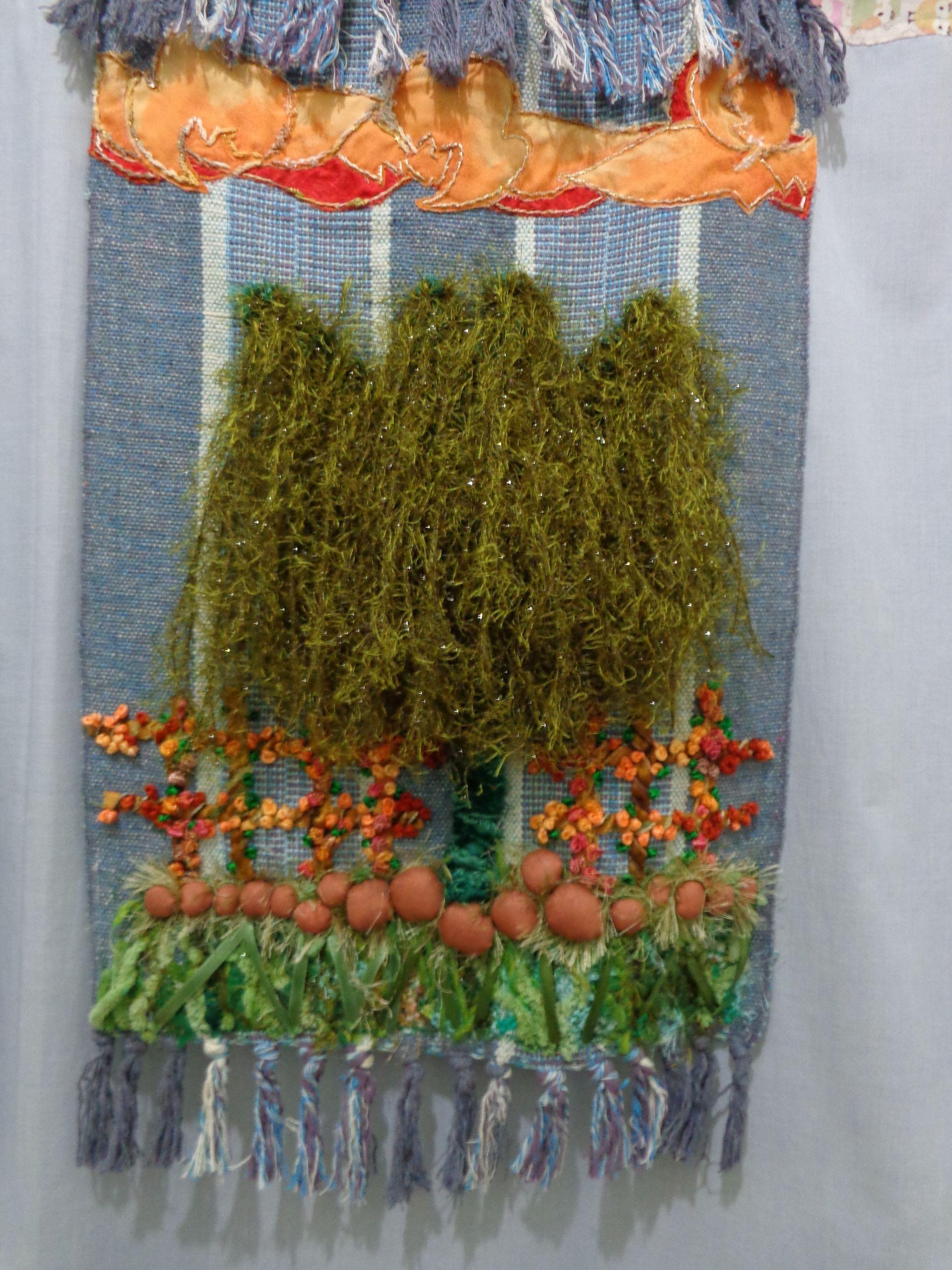 """Painel em tapeçaria, motivo arvore """"chorão"""" com textura, pedras e graminha com lãs,linhas, num lindo céu alaranjado."""