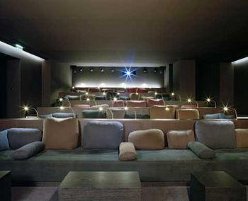 Das tollste - wenngleich auch vermutlich teuerste - Kino in München.  Nur 38 Plätze, Getränkeservice am Platz & kuschelige Plätze...