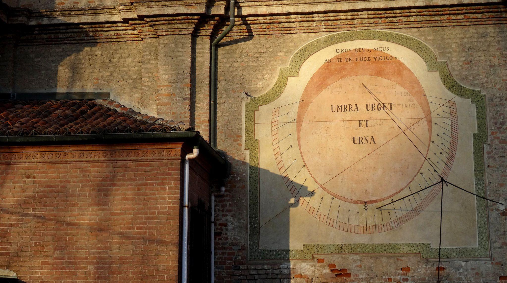 Torino | L'antica meridiana di #Stupinigi sul muro della Chiesa parrocchiale