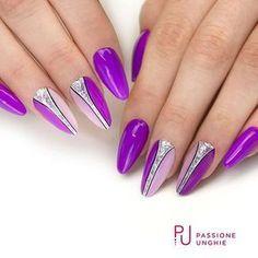 #Nailart brillante e luccicante con i #geluv C75 #Punk , A108 #GlitterChrome&Silver , F16 #PoisonBlack , F01 #PureWhite. Struttura realizzata con il #gel #costruttore #NaturalBuilder. Sigillato con #RockGloss. #Viola #glitter #argento #bianco #nero #nail #nails #gelnails #beauty #summer #uñasdecoradas #uñas #passioneunghieofficial