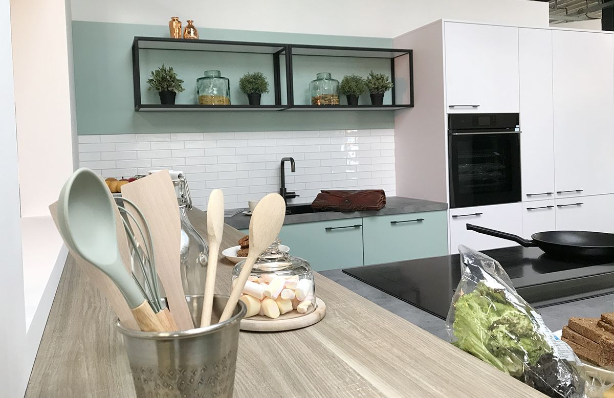 Mint Groene Keuken : Mint groene keuken met industriële stalen kasten showroom mijn