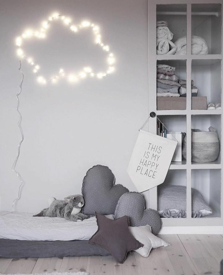 wolkenlampe aus lichterkette f rs kinderzimmer kidsroom trendige dekoideen f rs kinderzimmer. Black Bedroom Furniture Sets. Home Design Ideas