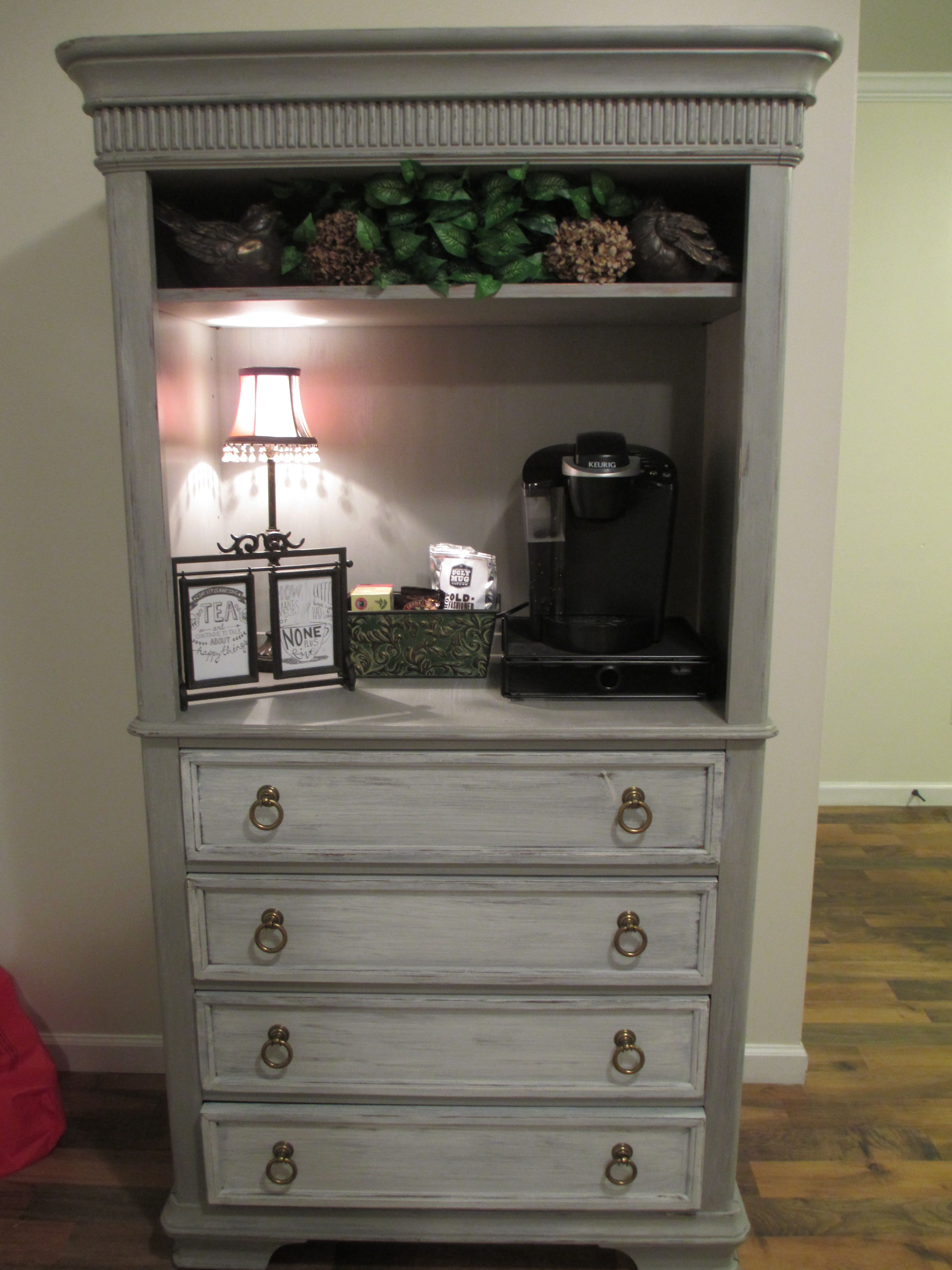 Shabby Küchendeko Old Armoire Is Now An Adorable Shabby Chic Coffee Bar Bed