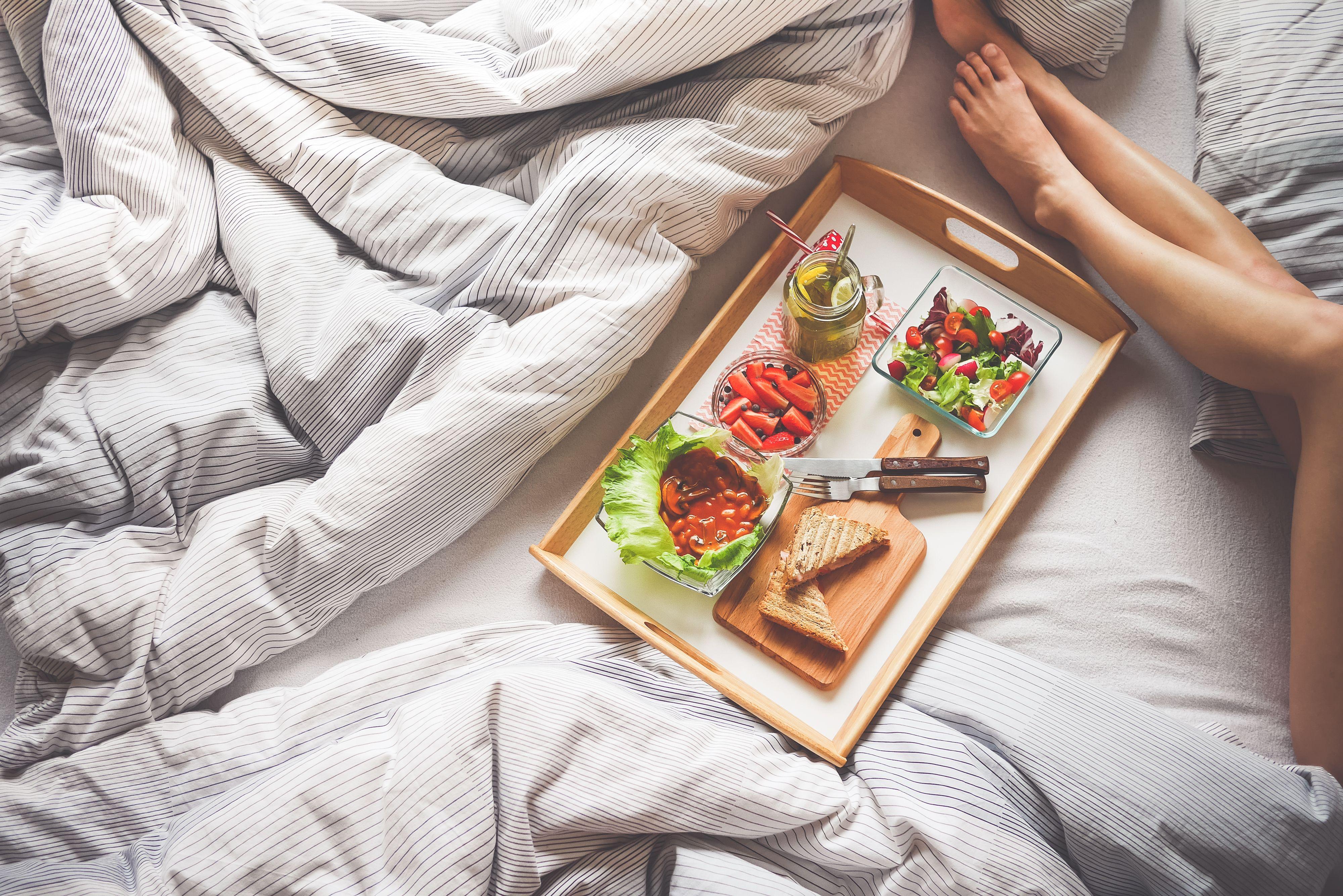 petit dej au lit 5 recettes express a mix and matcher pour epater votre mec qui pue du bec au. Black Bedroom Furniture Sets. Home Design Ideas