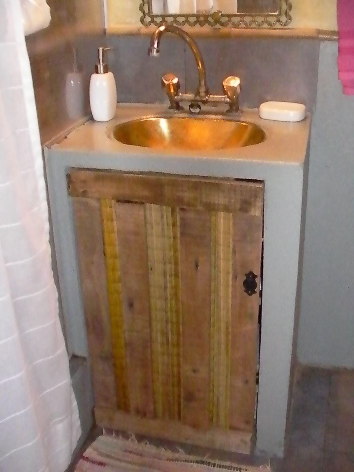 Como mi ba o tiene una onda rustica vintage hicimos la for Bajo gabinete tocador bano de madera
