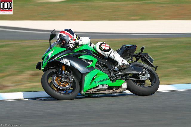 Kawazaki ZX-6R 636. Abandonnée en 2007, la 636 revient sous les traits retravaillés de la ZX-6R et franchit un cap décisif, celui des assistances électroniques. Une démarche payante accompagnée d'une augmentation de cylindrée bénéfique sur route. #Moto #Motorcycle #TestRiding #Wallpaper #MotoMagazine  #Motomag #Kawasaki #ZX636   http://www.motomag.com/-Kawasaki,22-.html