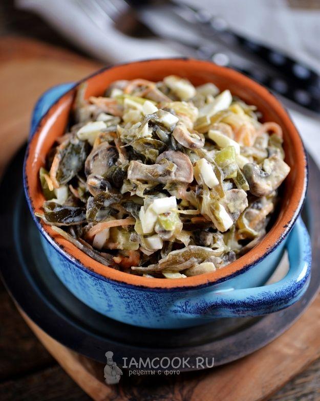Салат с морской капустой, жареными грибами и яйцом ...