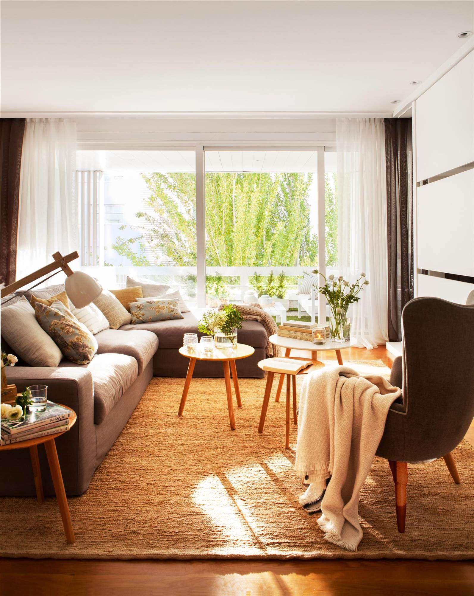 Salón con sofá, chaise longue, alfombra, butaca, tres mesas de ...