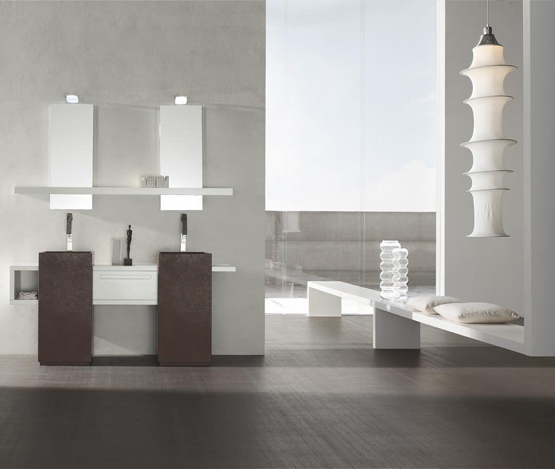 Comme deux sculptures ces deux lavabos freestanding CUBO se dressent entre les meubles suspendus. Arcom est le maître de la symétrie de la forme la beauté de la ligne droite aussi masculine et à même temps vertigineusement sensuelle... Place aux idées ! Osez ! Créez ! #amsld #arcom #bathroom #interiordesign